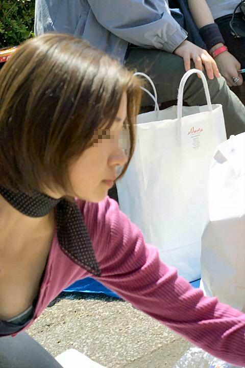 【街撮り胸チラエロ画像】油断した素人たち!緩んだ胸元を狙われた!?www 13