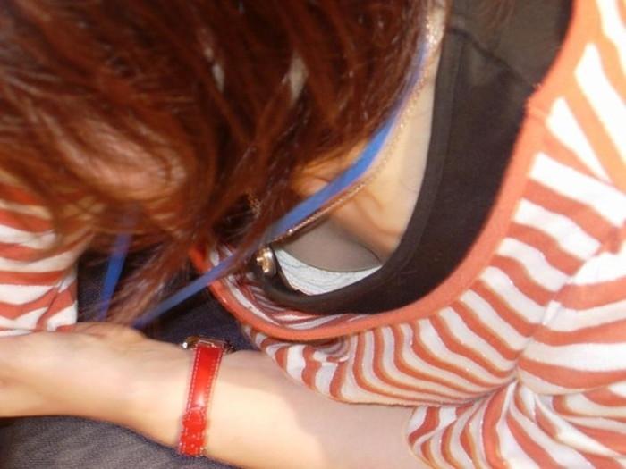【街撮り胸チラエロ画像】油断した素人たち!緩んだ胸元を狙われた!?www 17