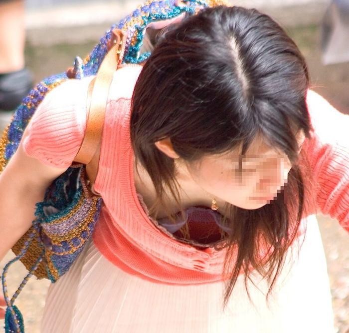 【街撮り胸チラエロ画像】油断した素人たち!緩んだ胸元を狙われた!?www 20