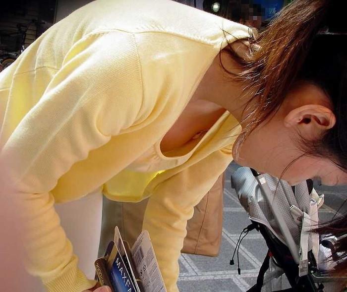 【街撮り胸チラエロ画像】油断した素人たち!緩んだ胸元を狙われた!?www 22