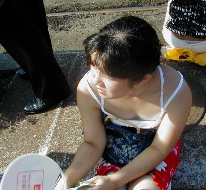 【街撮り胸チラエロ画像】油断した素人たち!緩んだ胸元を狙われた!?www 26