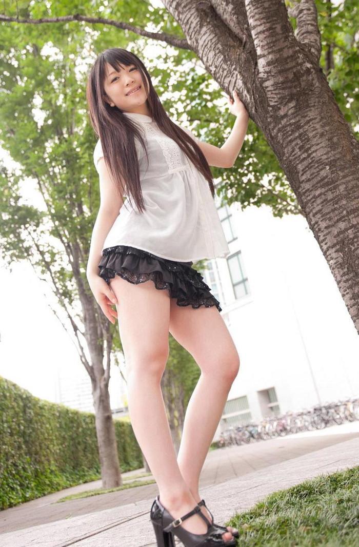 【ミニスカートエロ画像】ミニスカから覗くムチムチの太ももが超セクシー!!! 15