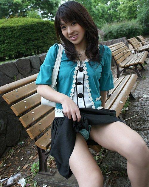 【セルフパンチラエロ画像】女の子自らスカートを捲くってパンチラ!故にセルフパンチラw 10