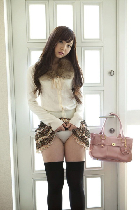 【セルフパンチラエロ画像】女の子自らスカートを捲くってパンチラ!故にセルフパンチラw 16