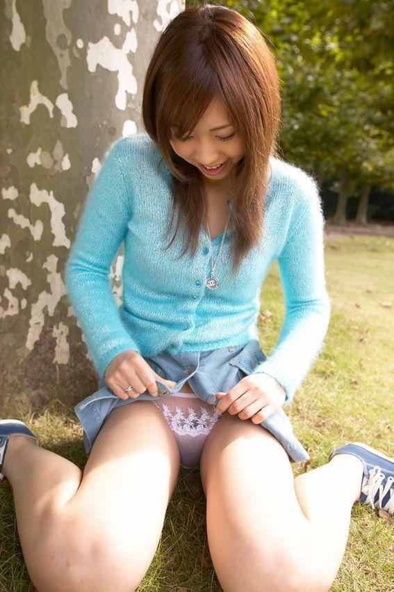 【セルフパンチラエロ画像】女の子自らスカートを捲くってパンチラ!故にセルフパンチラw 18