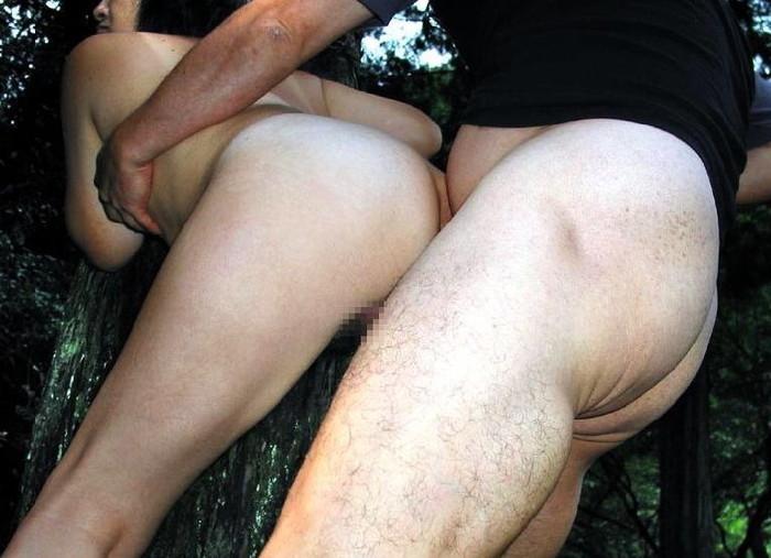 【野外セックスエロ画像】野外でセックスに励むカップルたち!素人モノ混合! 08