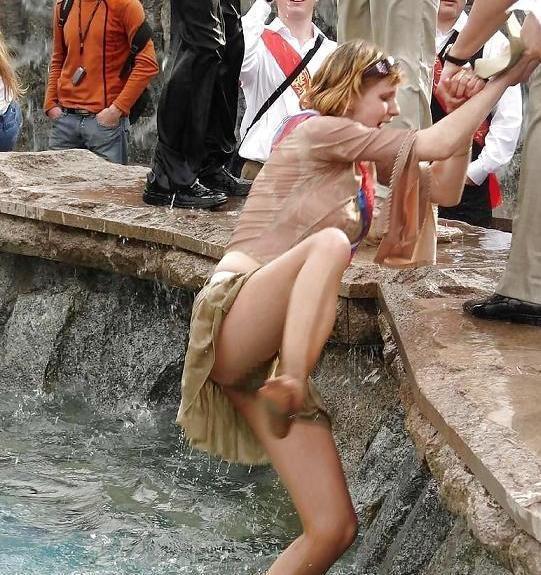 【海外ノーパンエロ画像】これは文化なのか!?海外の女の子たちのノーパン画像! 09