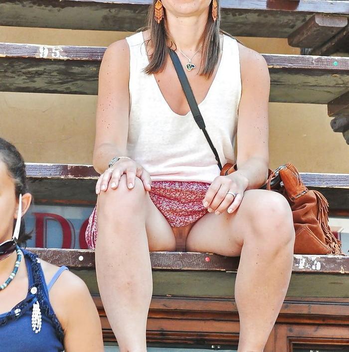 【海外ノーパンエロ画像】これは文化なのか!?海外の女の子たちのノーパン画像! 17