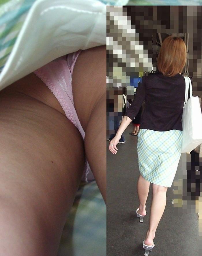 【逆さ撮りエロ画像】スカートの中を直下から狙ってパンチラゲット!www 17