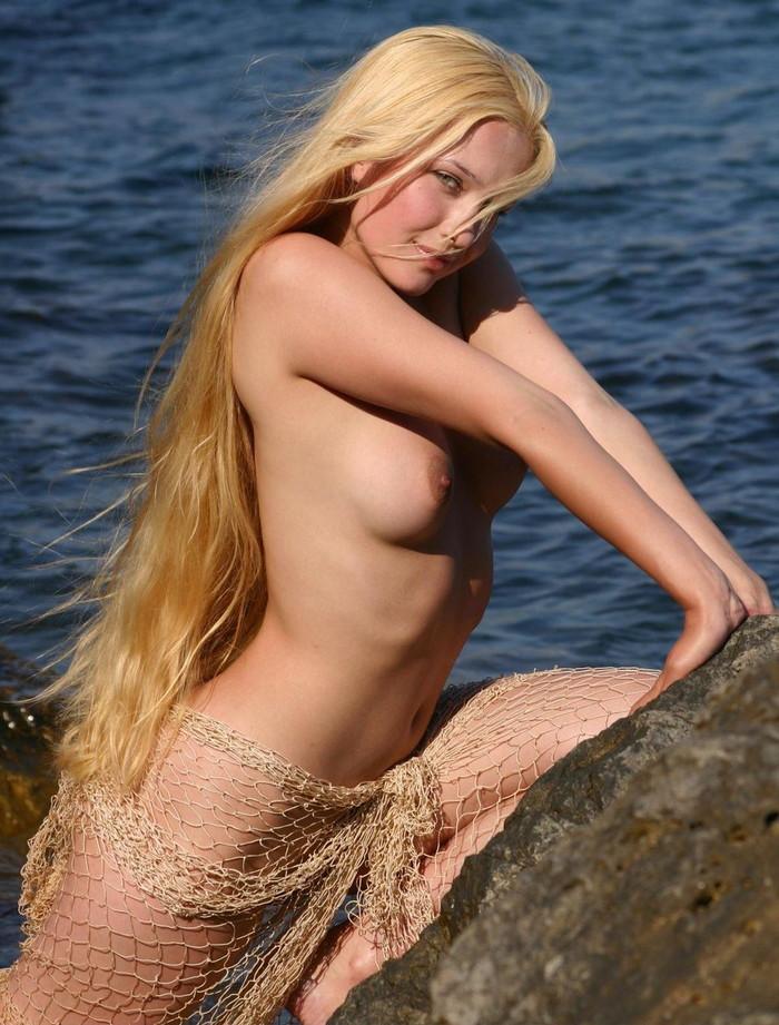 【白人ヌードエロ画像】美形な白人女性限定の白人美女たちによるヌード、セミヌードw 21