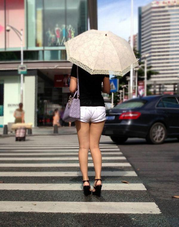 【ホットパンツエロ画像】街中でついつい目立ってしまうホットパンツ女子! 03