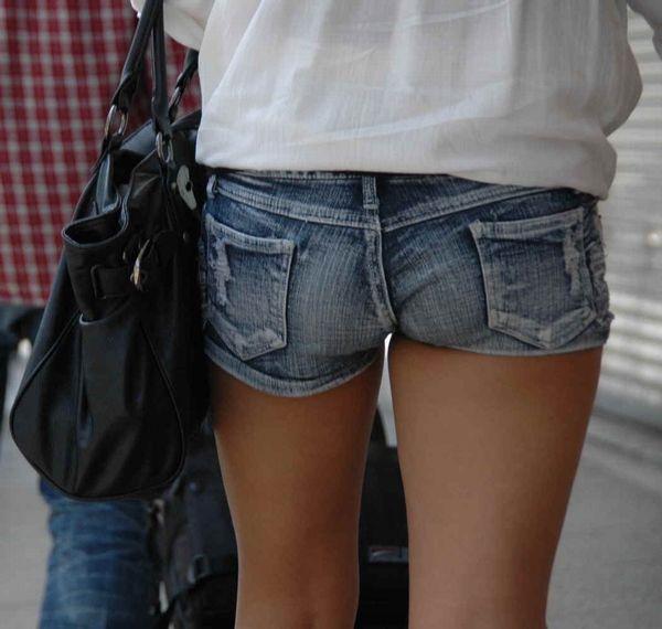 【ホットパンツエロ画像】街中でついつい目立ってしまうホットパンツ女子! 05