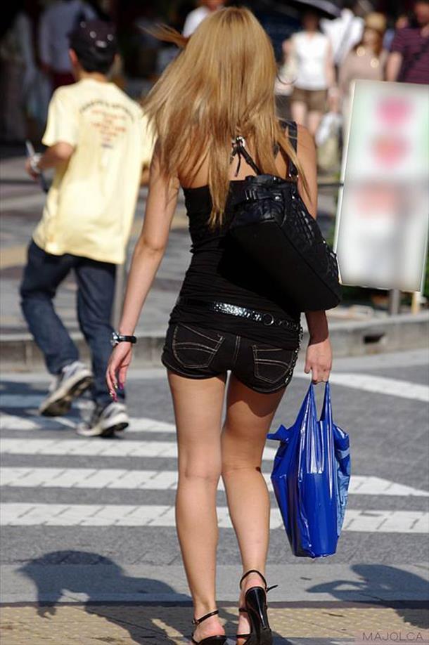 【ホットパンツエロ画像】街中でついつい目立ってしまうホットパンツ女子! 06
