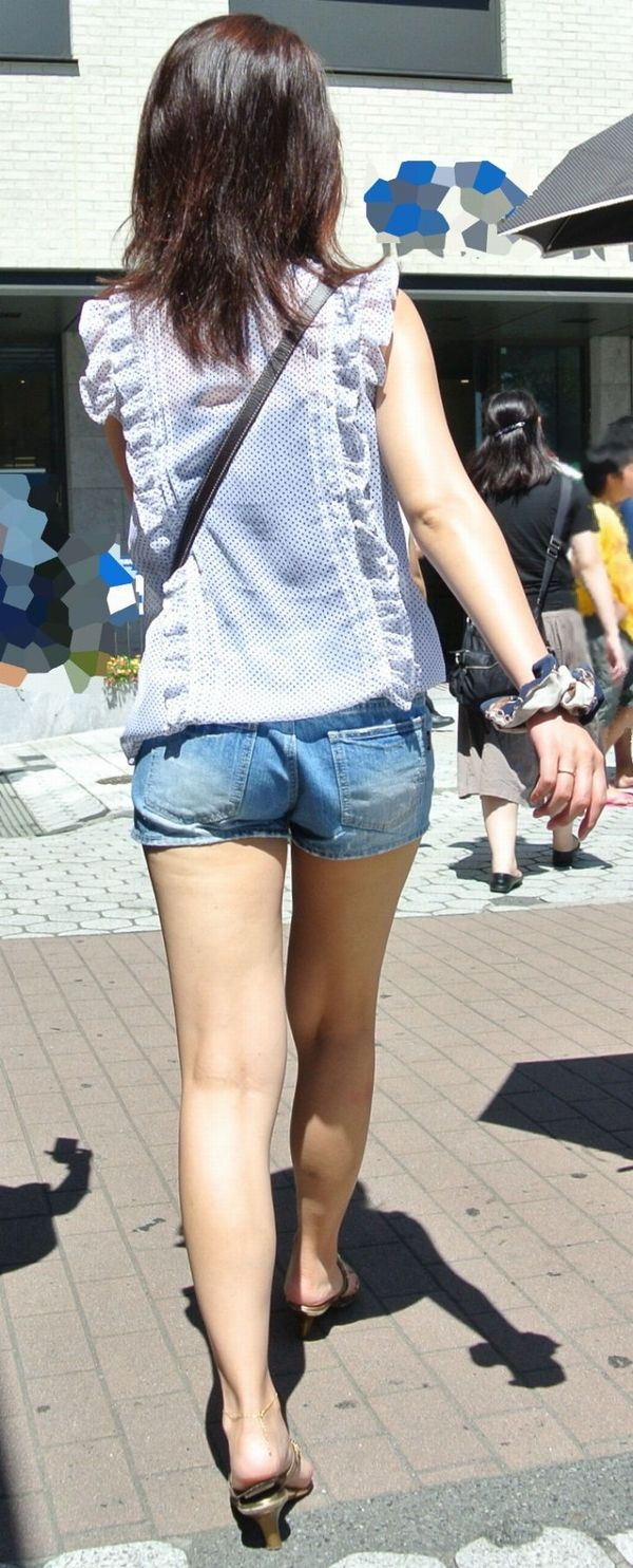 【ホットパンツエロ画像】街中でついつい目立ってしまうホットパンツ女子! 07