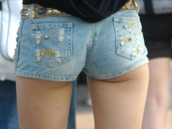 【ホットパンツエロ画像】街中でついつい目立ってしまうホットパンツ女子! 13