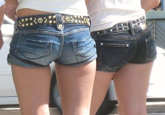 【ホットパンツエロ画像】街中でついつい目立ってしまうホットパンツ女子! 19