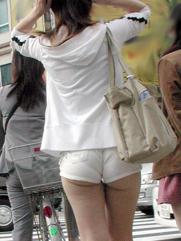 【ホットパンツエロ画像】街中でついつい目立ってしまうホットパンツ女子! 21