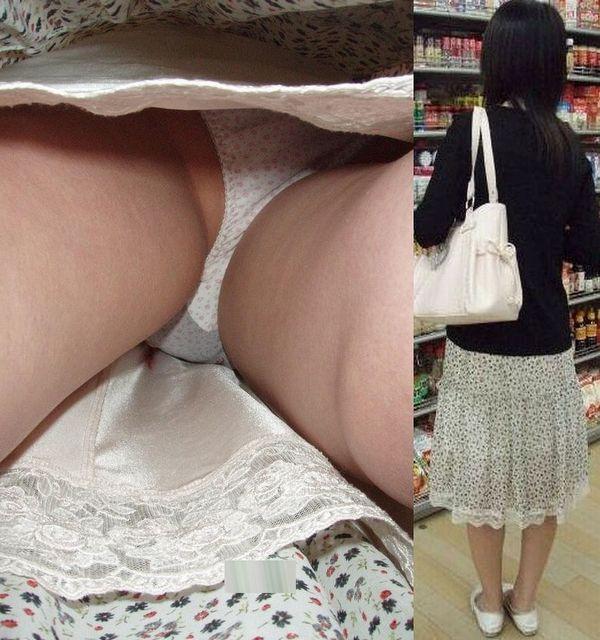 【パンチラ逆さ撮りエロ画像】大迫力!女の子のスカートの中を直下から盗撮! 21