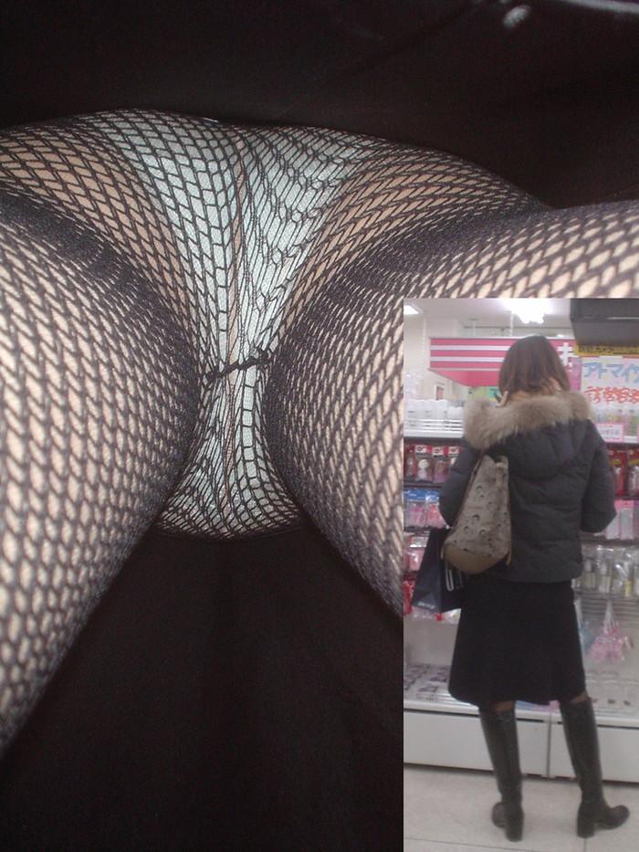 【パンチラ逆さ撮りエロ画像】大迫力!女の子のスカートの中を直下から盗撮! 24