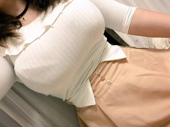 【着衣巨乳エロ画像】こんな存在感たっぷりのおっぱい!着衣だけじゃ隠し切れないw 10