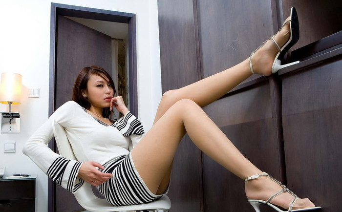 【美脚エロ画像】スラリとした女の子の美脚におもわず生唾ごっくん…。 10
