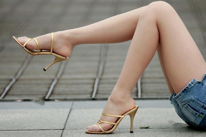 【美脚エロ画像】スラリとした女の子の美脚におもわず生唾ごっくん…。 17