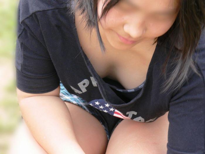 【胸チラエロ画像】どこでも見かける機会がありそうな素人娘たちの胸チラ! 06