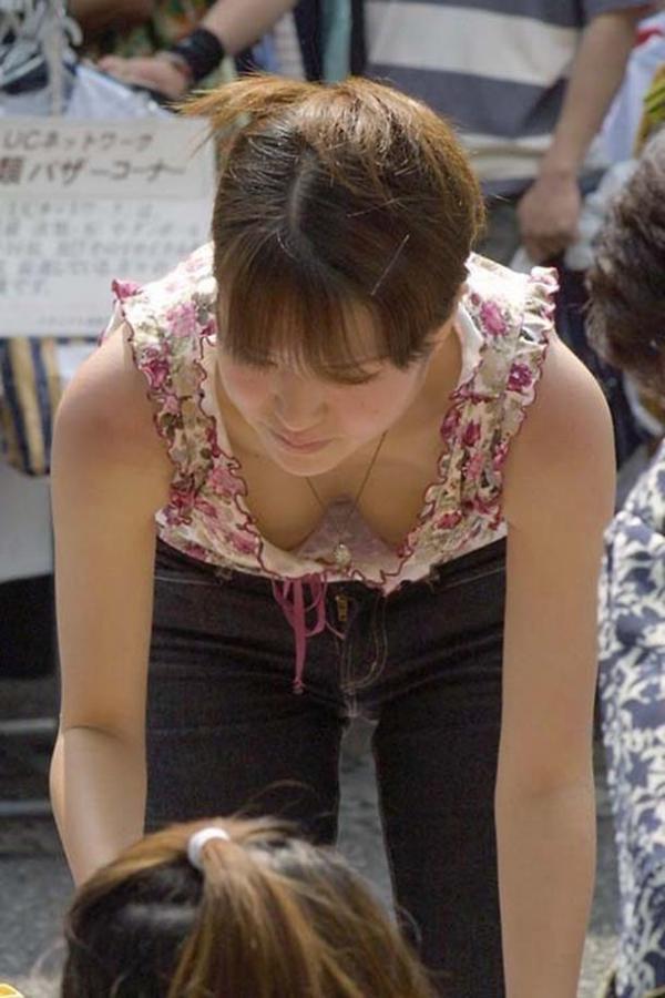 【胸チラエロ画像】どこでも見かける機会がありそうな素人娘たちの胸チラ! 11