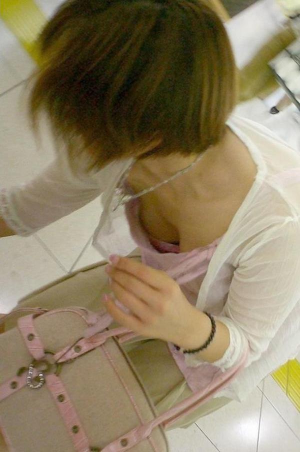 【胸チラエロ画像】どこでも見かける機会がありそうな素人娘たちの胸チラ! 15