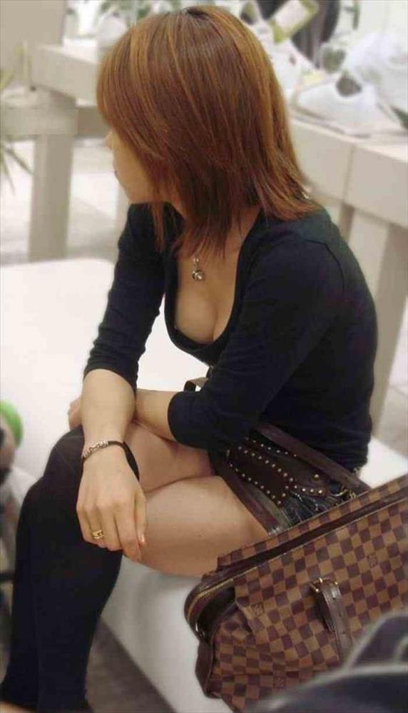 【胸チラエロ画像】どこでも見かける機会がありそうな素人娘たちの胸チラ! 16