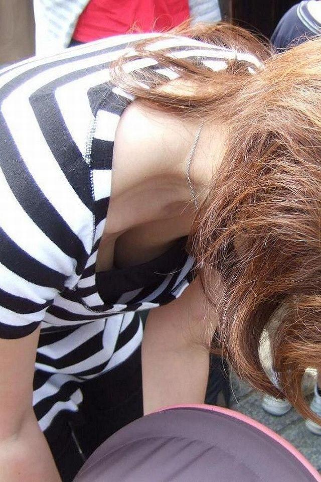 【胸チラエロ画像】どこでも見かける機会がありそうな素人娘たちの胸チラ! 19
