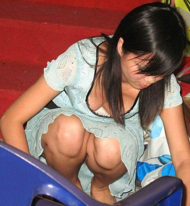 【胸チラエロ画像】どこでも見かける機会がありそうな素人娘たちの胸チラ! 21