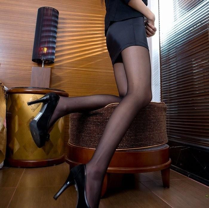 【美脚エロ画像】ミニスカートからスラリと伸びた美脚に思わずナマツバ! 05