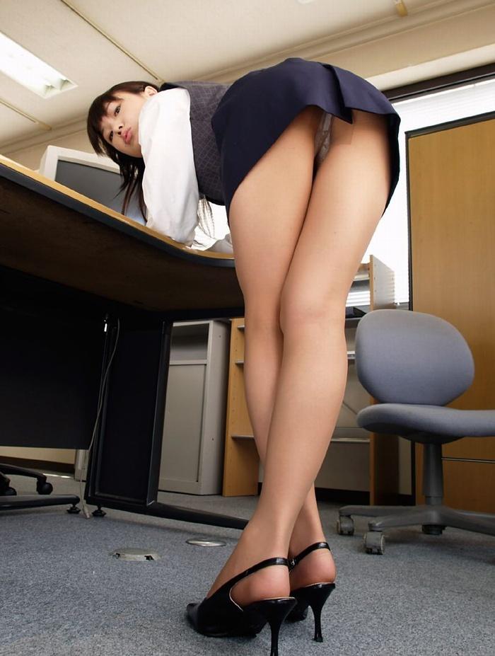【美脚エロ画像】ミニスカートからスラリと伸びた美脚に思わずナマツバ! 06