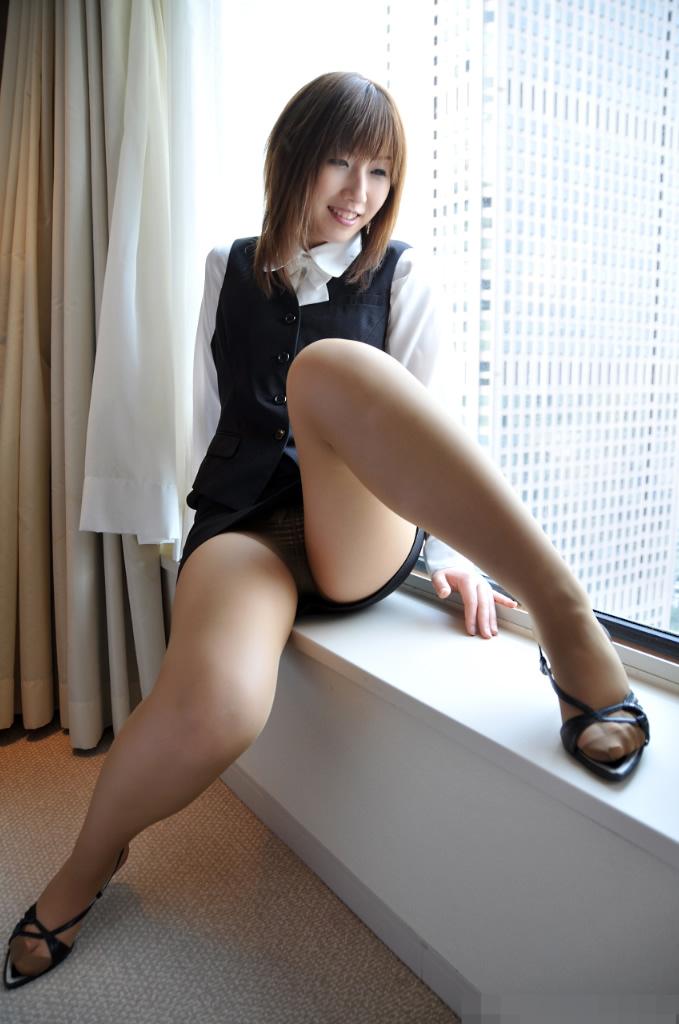 【美脚エロ画像】ミニスカートからスラリと伸びた美脚に思わずナマツバ! 11