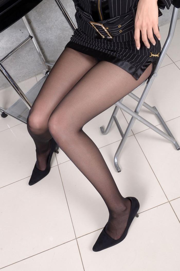 【美脚エロ画像】ミニスカートからスラリと伸びた美脚に思わずナマツバ! 26
