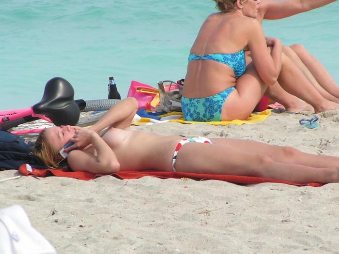 【ヌーディストビーチエロ画像】女の子たちの裸が見放題!?海外ヌーディストビーチ! 08