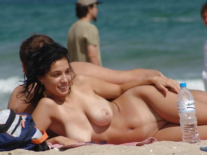 【ヌーディストビーチエロ画像】女の子たちの裸が見放題!?海外ヌーディストビーチ! 11