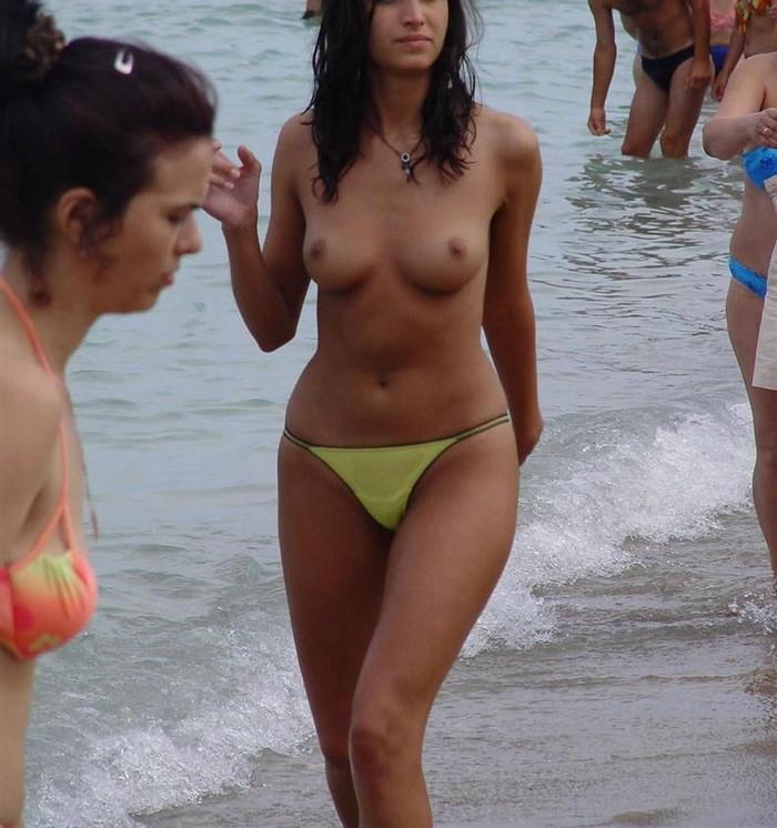 【ヌーディストビーチエロ画像】女の子たちの裸が見放題!?海外ヌーディストビーチ! 23