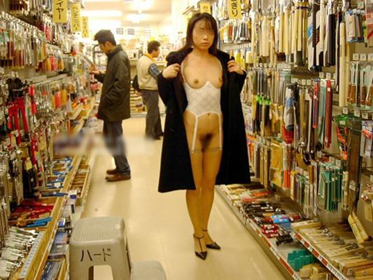 【店内露出エロ画像】大胆過激に営業中の店内でも露出プレイ!wwwwww 08