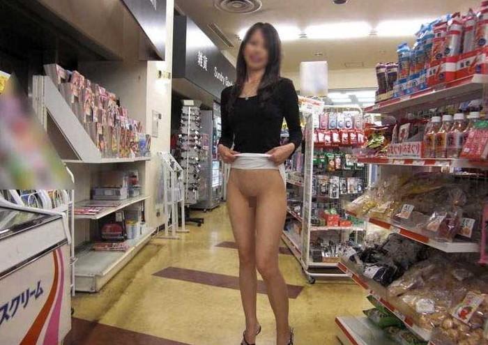 【店内露出エロ画像】大胆過激に営業中の店内でも露出プレイ!wwwwww 21