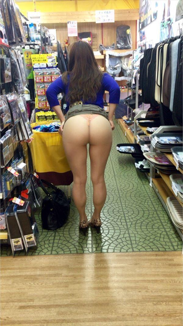 【店内露出エロ画像】大胆過激に営業中の店内でも露出プレイ!wwwwww 23