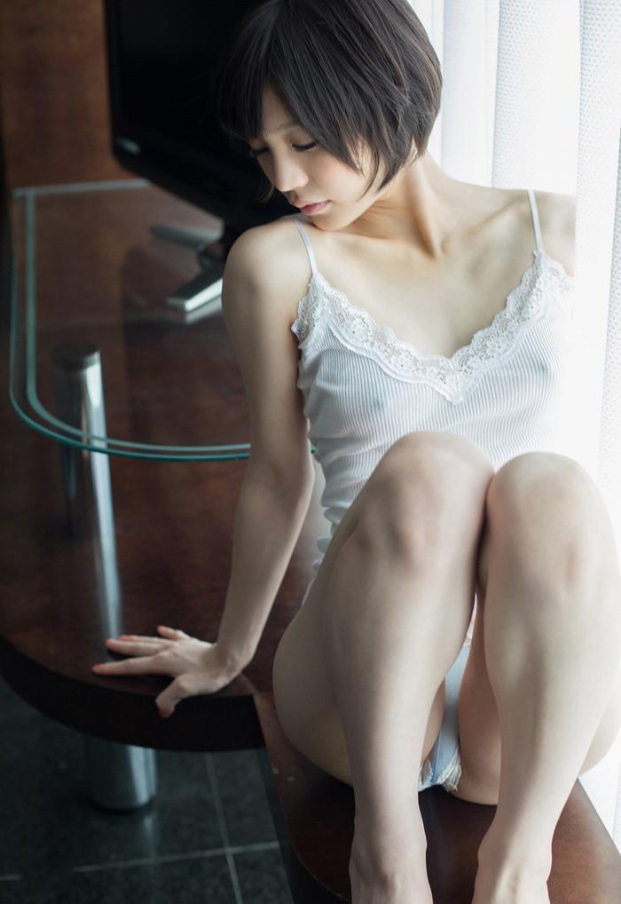 【ノーブラエロ画像】薄着で胸ポチしてるノーブラ女って着衣の意味あるの? 02