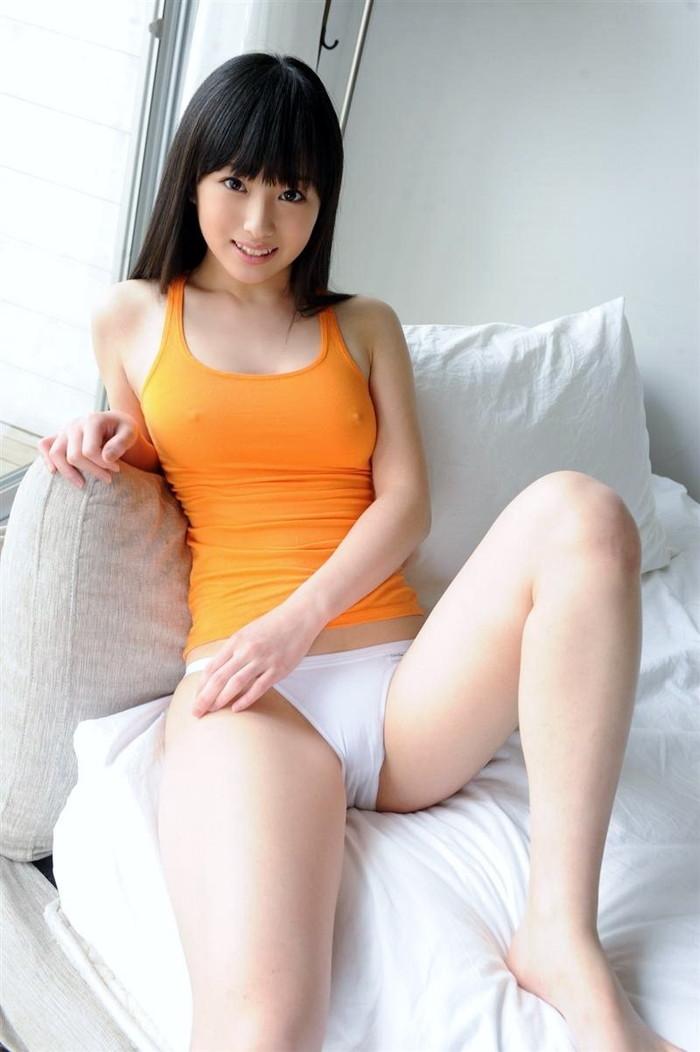 【ノーブラエロ画像】薄着で胸ポチしてるノーブラ女って着衣の意味あるの? 04