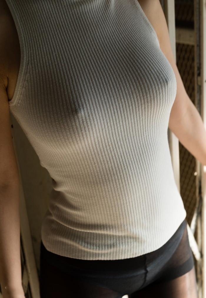 【ノーブラエロ画像】薄着で胸ポチしてるノーブラ女って着衣の意味あるの? 15