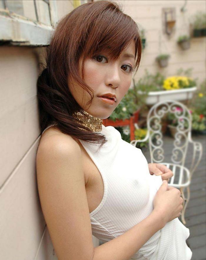 【ノーブラエロ画像】薄着で胸ポチしてるノーブラ女って着衣の意味あるの? 17