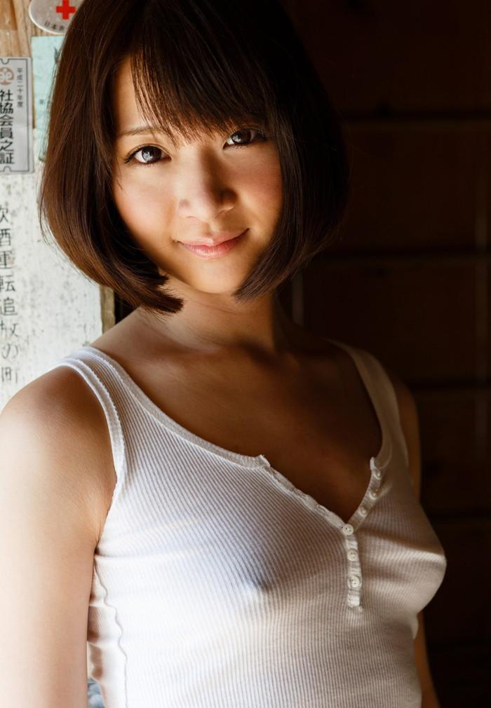 【ノーブラエロ画像】薄着で胸ポチしてるノーブラ女って着衣の意味あるの? 18