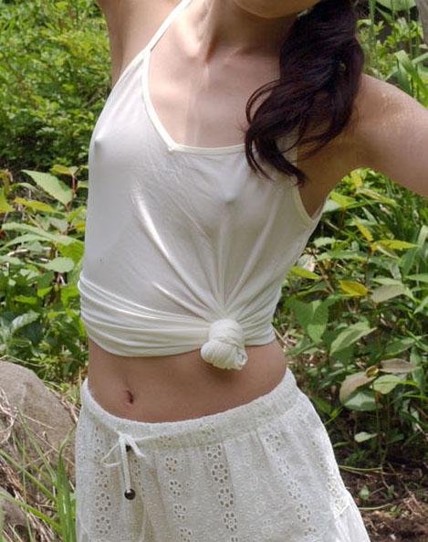 【ノーブラエロ画像】薄着で胸ポチしてるノーブラ女って着衣の意味あるの? 24