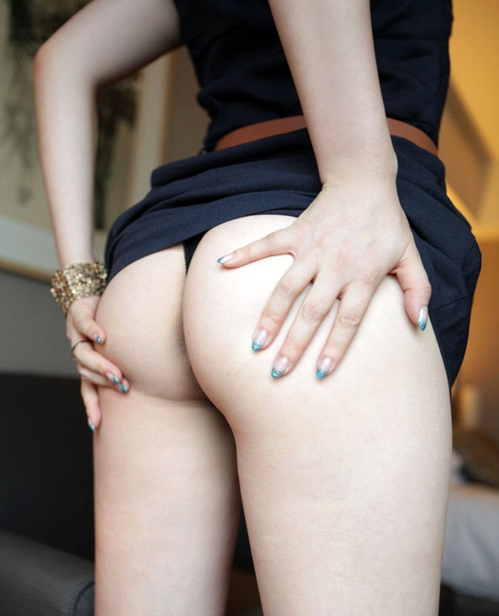 【Tバックエロ画像】美尻を更に美しくセクシーに演出するパンティーがこちら! 16