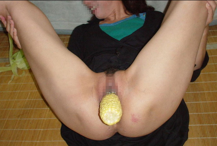 【異物挿入エロ画像】これで気持ちよくなれるのであれば…股間に異物挿入する女! 06